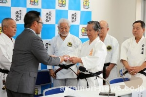 2018_02-20_kumejima-no-kumesen-gives-donation-to-okinawa-traditional-karatedo-promotion-association01