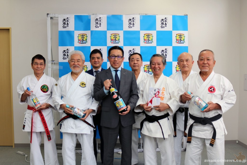 2018_02-20_kumejima-no-kumesen-gives-donation-to-okinawa-traditional-karatedo-promotion-association04